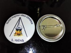 Fotka odznakov pre súťaž vo varení gulášu.